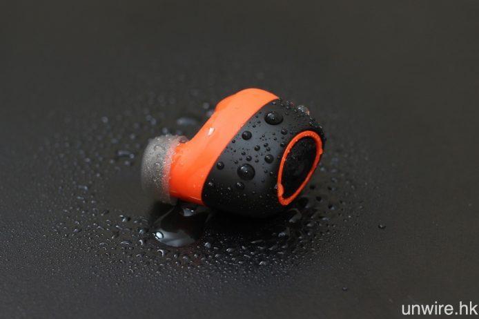VerveOnes+ 用上 IP57 級防塵防水機身,並以橙、黑二色作為主色,左邊耳機更設有一對收音咪高峰,讓用戶可用作免提通話及語音操控。