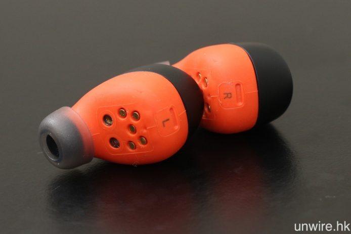 兩邊耳機內圍印有 L 及 R 字樣標示左右。