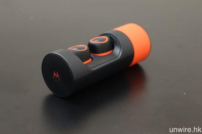 隨機附送耳機充電器暨保護盒,可為一對耳機充滿電 4 次,令耳機足夠使用 12 小時。