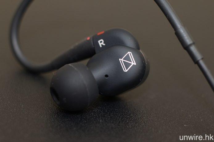 N40 延續 N20U 的傾斜式機身設計,並在左右兩邊耳機內側印上 N40 字樣及 NSERIES 標記。