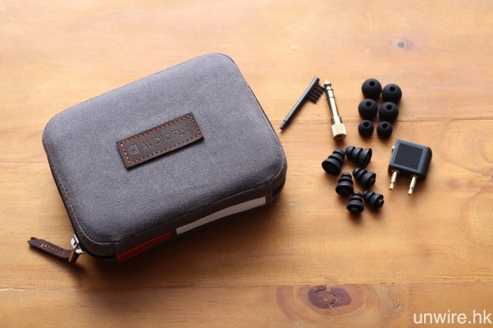 另外亦隨機附送全新設計的便攜保護盒、3 對不同尺寸的矽膠耳塞及 3 節膠、3.5mm/6.3mm 轉插、飛航轉插及清潔棒,一貫豐富的配件陣列。