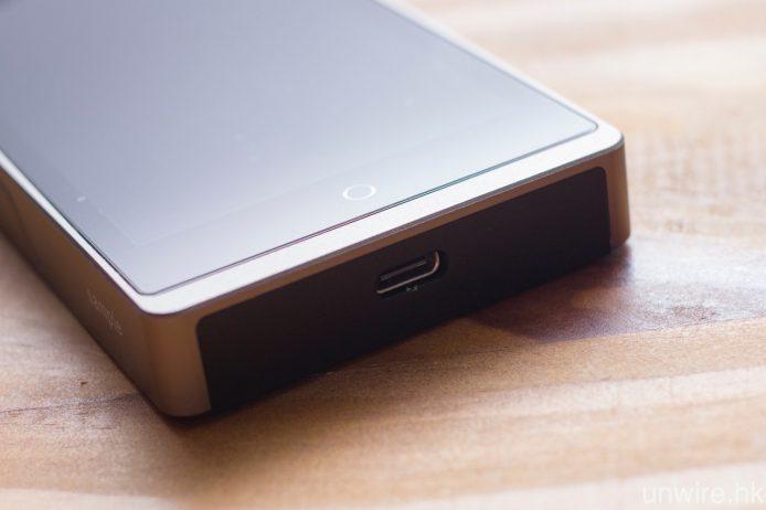 機底這個 USB Type-C,既是輸出亦是輸入。