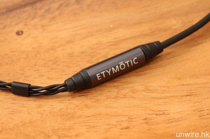 隨機附送接線,近訊源端為經 Kevlar 纖維強化的接線,而耳機端則為雙絞線。