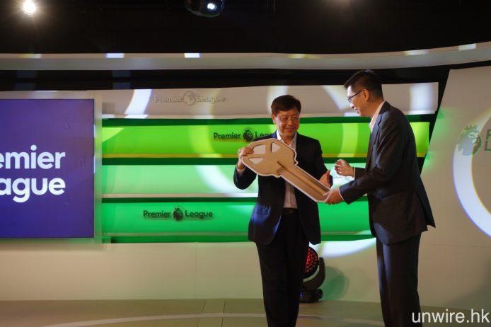隨著英超頻道啟播,LeSports HK 署理首席執行官賴汝正亦與世紀睿科董事會主席兼執行董事盧志森博士完成廠房交接儀式。