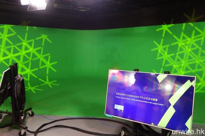 在該廠房另一邊則是大型綠幕,可用作即時加入視覺特效。