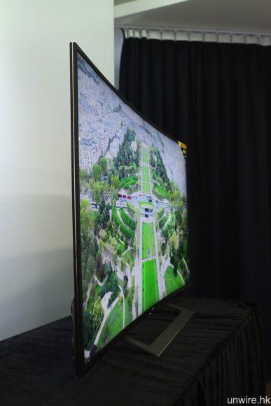 繼續 Sony 弧形電視弧度不會太誇張的設計,以避免畫面兩邊變型而造成觀感不自然。