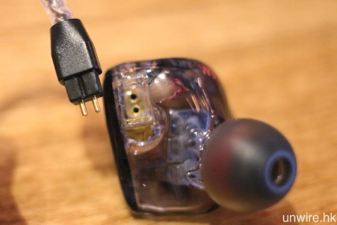 連同 W500U 及 W300U,3 款型號都為 CM 插頭可換線設計。