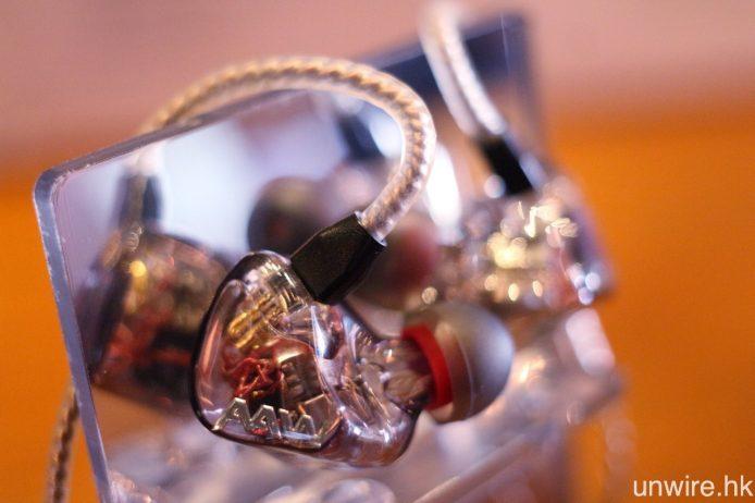 W300U 同屬 3 單元耳機,但採用的是 1 動圈及 2 動鐵單元。
