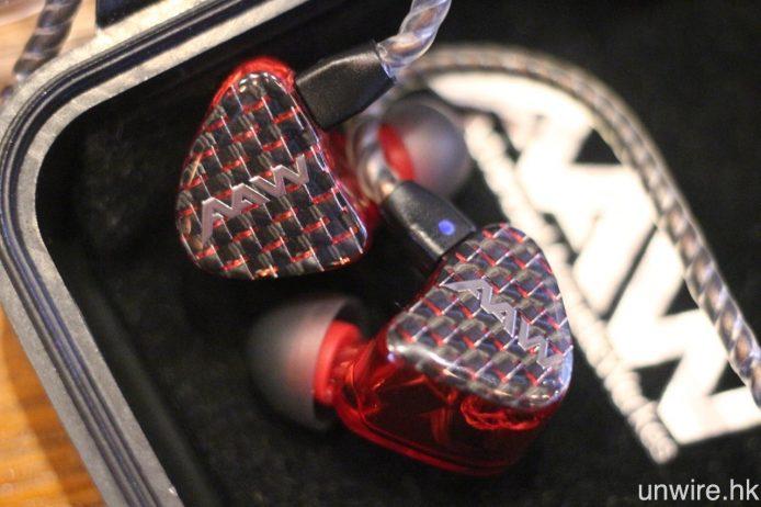 至於 W500U 則為 1 圈 4 鐵 5 單元配置,機身加入紅色碳纖面板。