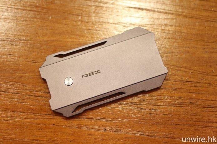 本土品牌 COZOY 第 3 款便攜解碼耳擴 REI,機身採用一體化全金屬流線型設計。