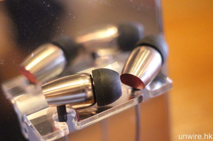 另外,COZOY 亦將會推出旗下首款耳機 Hera C103﹐與解碼耳擴一樣用上流線型 CNC 金屬切割,線材經抗拉扯及防打結處理,初步試聽低頻飽滿之餘,亦不會蓋過人聲及低頻,聽感正面。