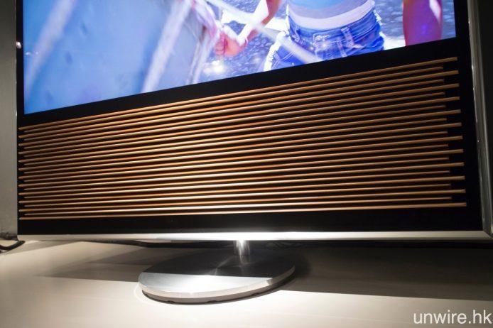 BeoVision 14 最大賣點,一定是其手風琴狀橡木喇叭薄板,既可加強此電視的溫暖色調,近看時會看到每條木條的凹凸感,但遠看時又會覺得猶如平面,視覺觀感十分有趣。