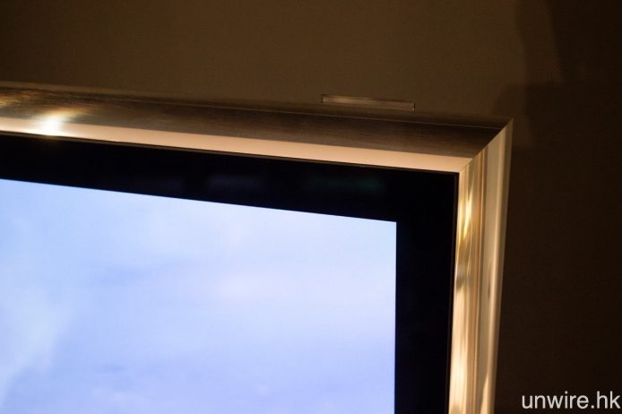 BeoVision 14 用上鋁製機框,而玻璃面板則加入反光塗層。