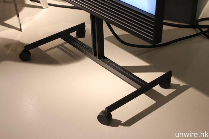 至於 BeoVision Horizon 則可安裝於有轆腳架,不論 40 吋還是 48 吋都可隨意移動至任何位置。