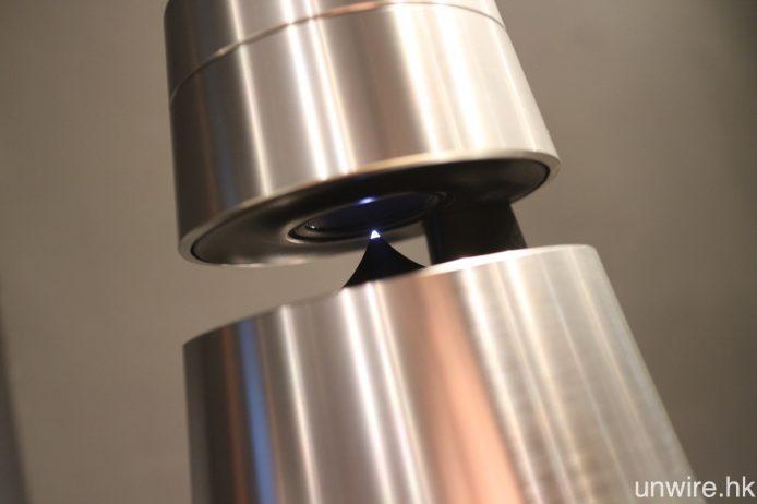 BeoSound 1 頂部附近設有凹槽,方便用戶提起之餘,亦是聲波透鏡單元所處位置,可作 360 度發聲。