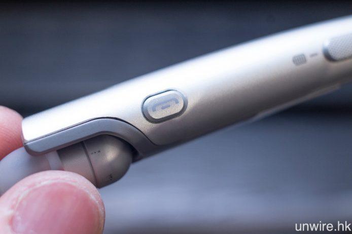 一對 MEMS 收音咪高峰與及來電接聽及掛斷按鍵均設於左側耳機位置。