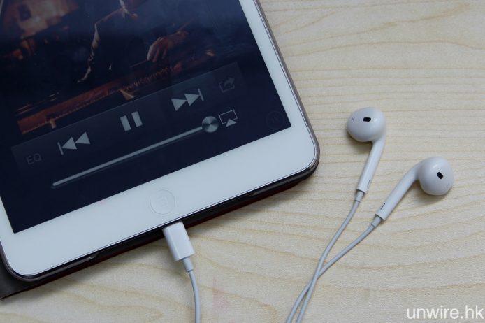 將 Lightning EarPods 連接至已升級 iOS 10 的 iPad mini 2,音樂播放及 3 鍵式免提線控都無問題。