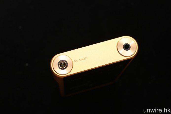 NW-WM1Z 鍍金機身十分贅手,但這種金色就不算討好。與 NW-WM1A 一樣,NW-WM1Z 同時設有傳統 3.5mm 及全新 4.4mm 平衡輸出。