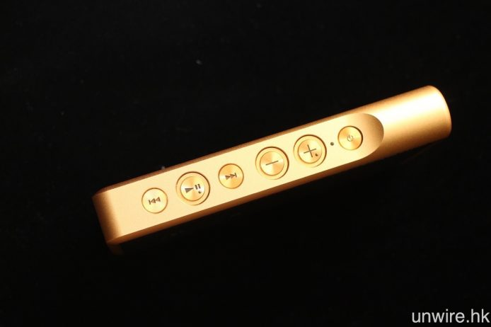 所有操作按鍵均設於右側機身。
