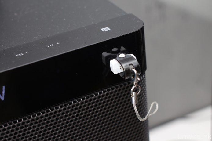 設有 USB 輸入端子,可連接 USB 儲存裝置並播放 MP3、AAC、WMA 及 WAV 等音樂檔案。