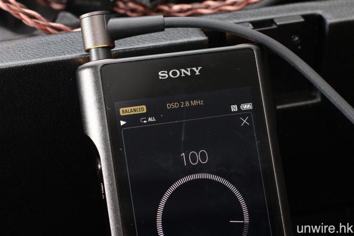 播放歌曲時,頂部會顯示以平衡或非平衡方式驅動耳機,以及歌曲的檔案格式及取樣率,按右上角的「音量」標示,更可以全畫面調校輸出音量。