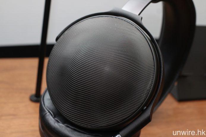 採用不銹鋼絲網編織式保護網面,令這款耳筒的外觀更為別樹一格。