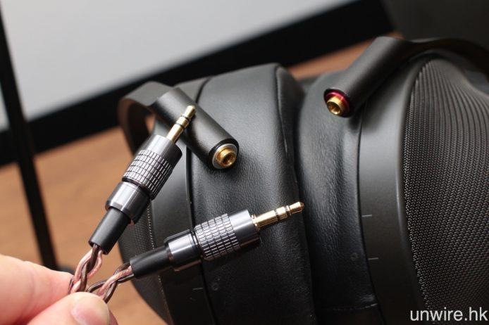 左右耳機接頭均為 3.5mm 可拆式設計,隔機附送 4.4mm 平衡及 3.5mm 非平衡插頭接線。