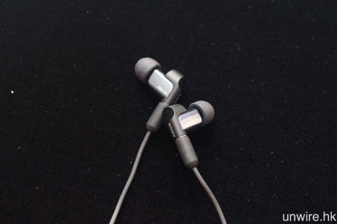 除 IFA 2016 中展出的產品,Sony 在今日的發佈會中亦帶來兩款全新混合單元入耳式耳機 XBA-N3AP 及 XBA-N1AP,兩者的機身均顯著地較 Sony 現行的耳機更為細小。