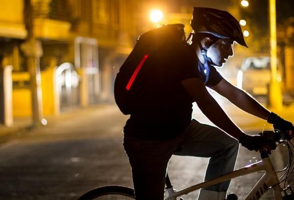 【有片睇】夜間踩單車更安全!Aster 智能單車背囊全方位警示燈可減少意外發生