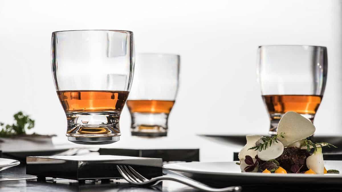 磁浮玻璃杯不怕倒瀉 摸酒杯底更加過癮