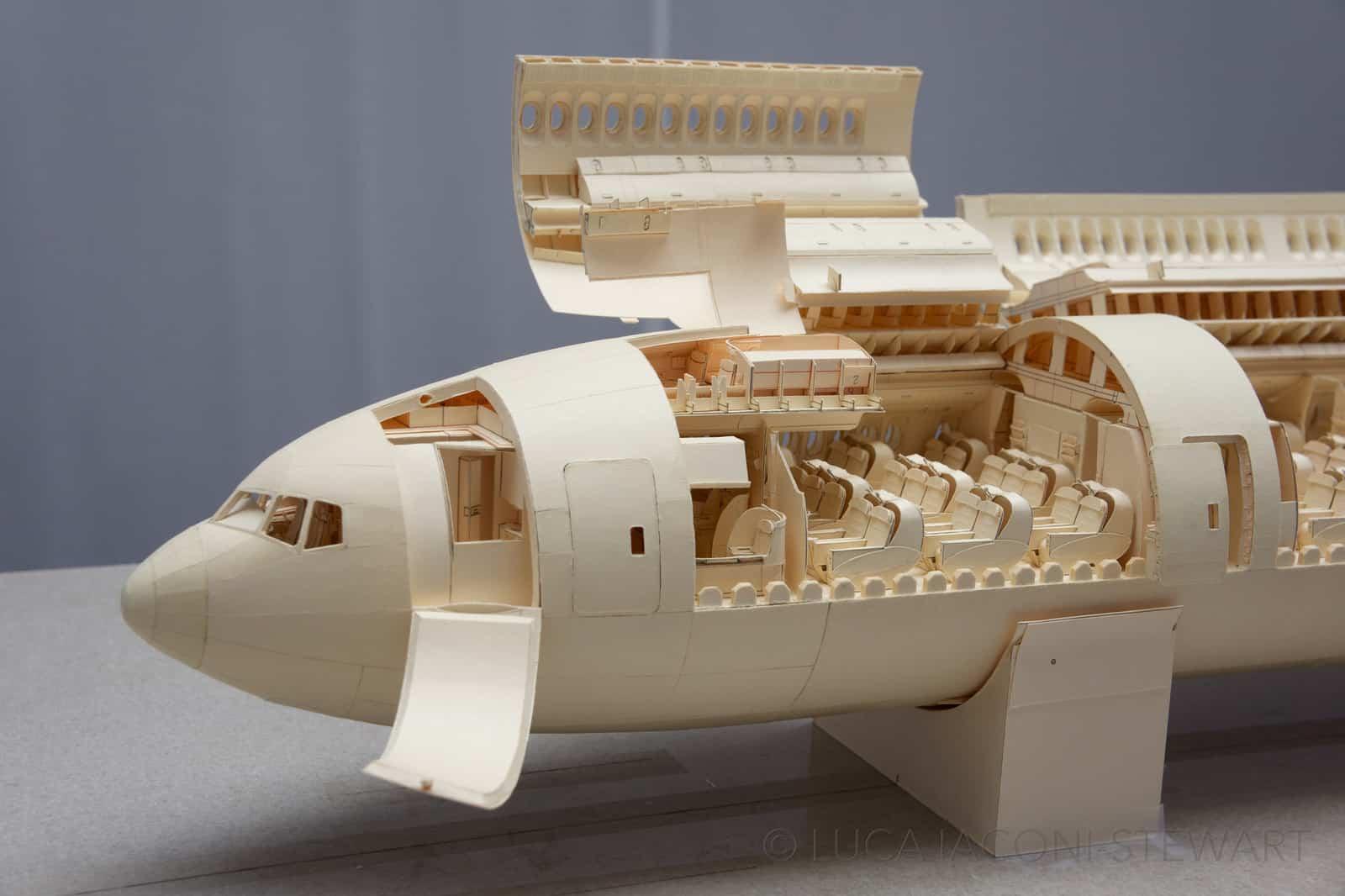 設計師用紙砌出 1:60 波音 777 型客機