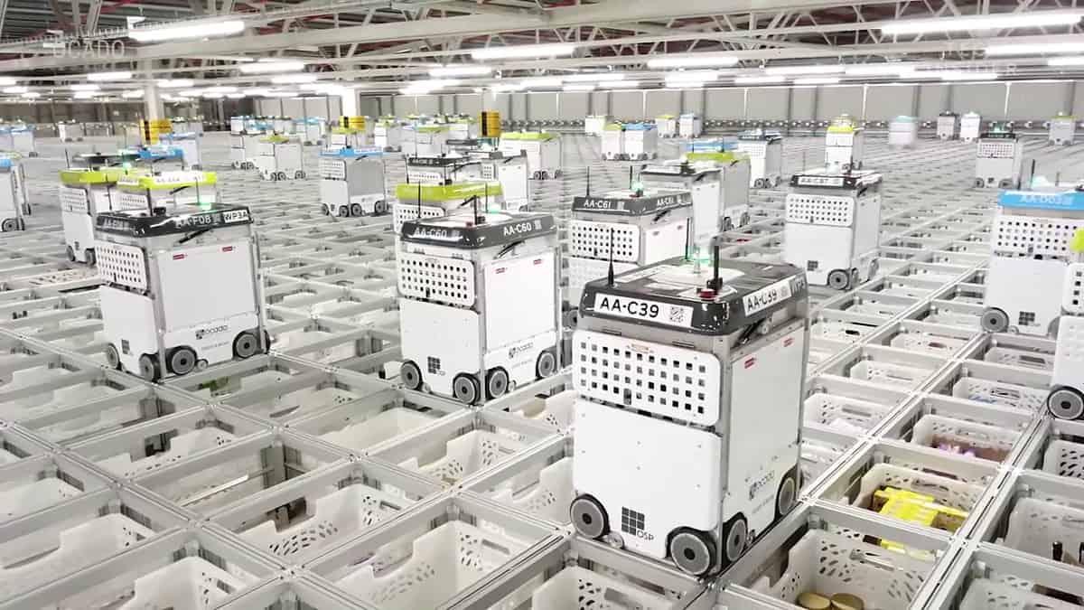 【有片睇】數千機械人穿梭執貨 看看有 3 個足球場大的網店物流中心