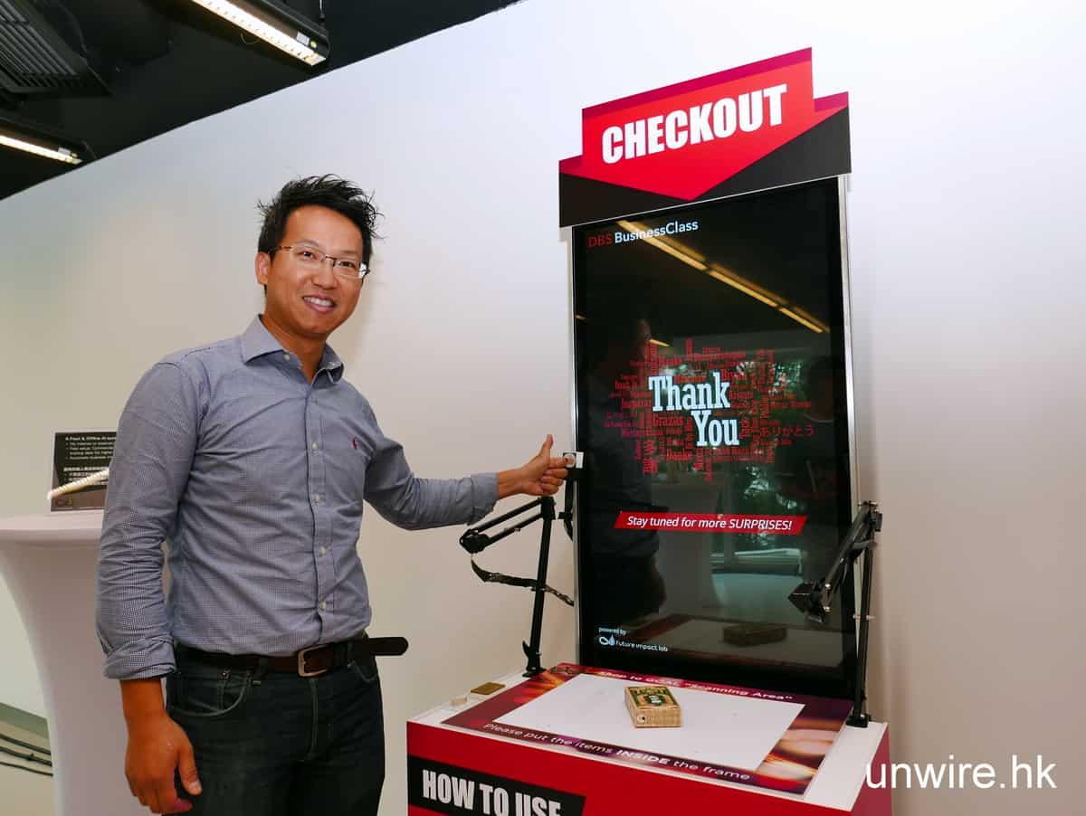 無人店試玩三步曲:Future Impact Lab 創辦人盧思遠博士即席示範只須豎起拇指給一個「Like」便可以 check out。
