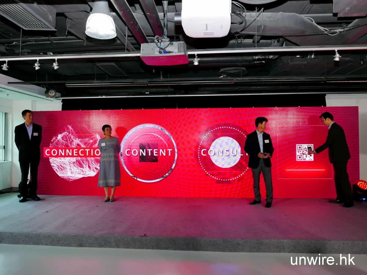 (左起)星展銀行(香港) 企業及機構銀行執行董事劉偉略 (Alexander Lau) 先生、企業及機構銀行董事總經理孫倩雯 (Lirranna Sun) 小姐、董事總經理兼企業及機構銀行總監張建生 (Alex Cheung) 先生與企業及機構銀行董事總經理劉勇(Patrick Lau) 先生以新穎方式為 DBS BusinessClass 零售業創新科技活動揭幕。