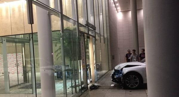 日男驾车撞电视台失败 疑因自动煞车系统介入