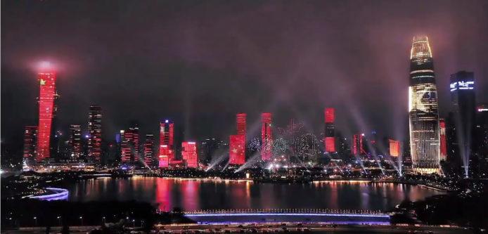 深圳湾上空现「我爱香港」,600架无人机排阵表演